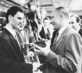 Peter Dubovský recevant le titre de joueur slovaque de l'année en 1993. [Source: http://slovakfutball.com]